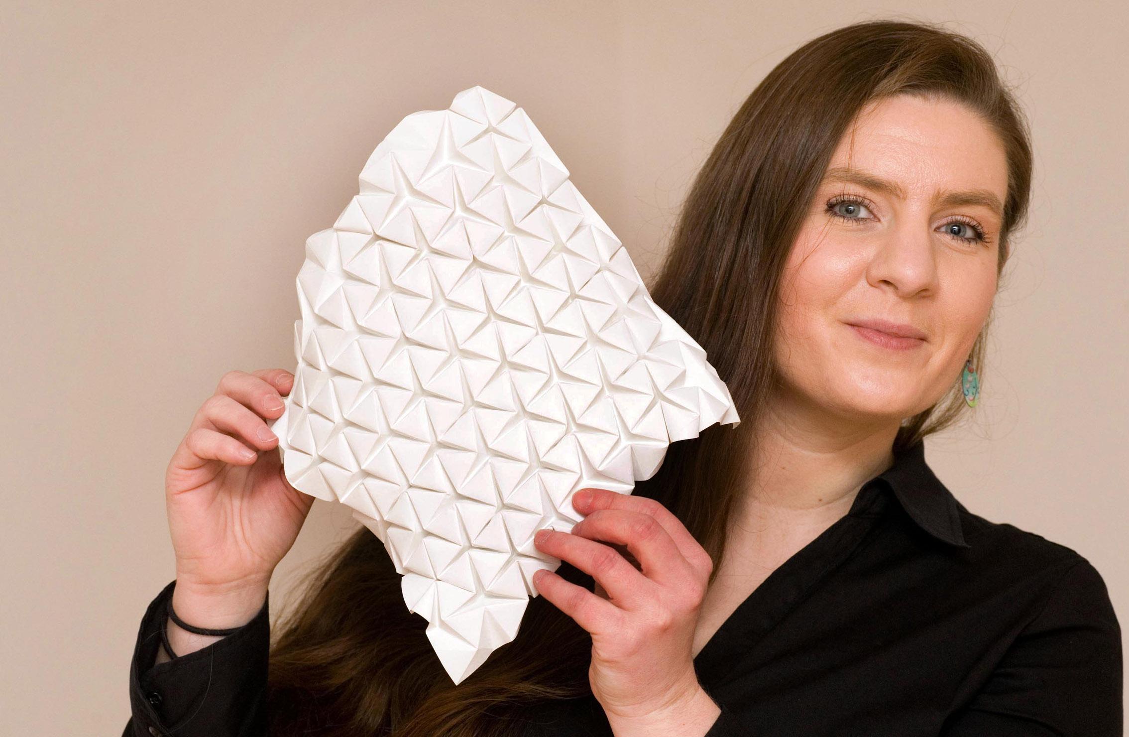 Kristina Wißling - Die Diplomdesignerin aus Lennestadt faltet Origami-Figuren für die Industrie (Medizin, Raumfahrt), die Problemstellungen in diesem Feld lösen können.
